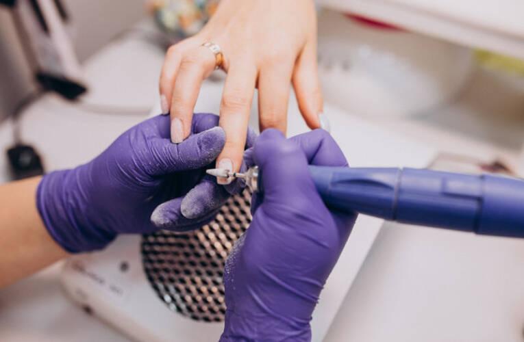Zniszczone paznokcie po hybrydzie – jak je zregenerować? Poradnik